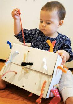 8. Pudełko z wyciąganymi sznurkami  Sznurki przeciągnięte przez kartonowe pudełko można ciągnąć, obserwując jednocześnie, jak zachowuje się ich drugi koniec (jeśli ciągniemy sznurek w swoją stronę, jego drugi koniec skraca się). To doskonała zabawa do nauki przyczyny i skutku a także rozwiązywania problemów.