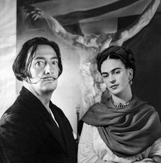 Salvador Dali and Frida Kahlo de Rivera, love this picture. Frida looks so serene and beautiful, and it is one of the best pictures of Dali (though he still looks crazy). Diego Rivera, Frida E Diego, Frida Art, Frida Kahlo Artwork, Famous Artists, Great Artists, Fridah Kahlo, Vladimir Kush, Photo Portrait