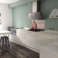 Prachtig plaatje, deze keuken met de Flexa Early Dew kleur op de muur. Test ook of dit jouw exacte kleur is met de Flexa Kleurtester. Early Dew kun je heel goed combineren met bijvoorbeeld Fresh Linen of Stylish Pink.