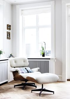 Order your White Eames Lounge Chair replica from Manhattan Home Design. A mid-century modern design classic, original design by Charles and Ray Eames. Modern Furniture, Home Furniture, Furniture Design, Chair Design, Deco Cool, Muebles Living, Appartement Design, Living Spaces, Living Room