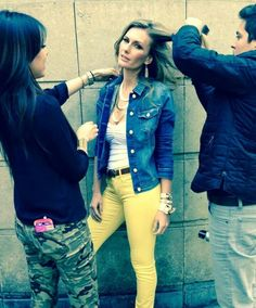 Jeans de color y la clásica chamarra de mezclilla