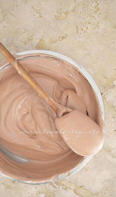 Preparando la Mousse al gianduia: http://www.tavolartegusto.it/2013/07/09/cannoli-di-cialda-al-cacao-con-mousse-al-gianduia/