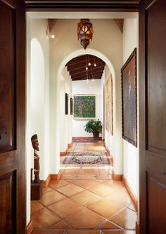 Terra Cotta Floor - white walls, dark wood trim---- there's something about spanish-style that i am obsessed with! Affordable Decor, House Design, Home, Mediterranean Homes, Dark Wood Trim, Spanish House, Spanish Style Homes, White Walls, Terracotta Floor