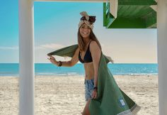 Shining Elena with Beach towel article PLATANO!