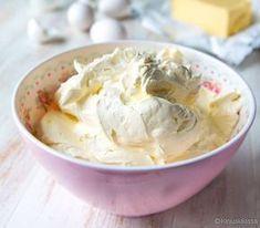 Marenkikreem. Marenkikreemi valmistetaan valkuaisvaahdosta ja voista. Se ei ole yhtä makeaa kuin sokerikreemi. Käyttötarkoitus on kuitenkin sama: kreemiä voi pursottaa ja käyttää kakun kuorrutteena. Sitä on voi värjätä pastaväreillä ja maustaa aromeilla.
