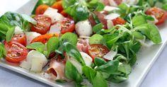 Jest Smak: Sałatka po włosku z szynką parmeńską Skła… Side Salad, Caprese Salad, Bruschetta, Mozzarella, Potato Salad, Catering, Food Porn, Food And Drink, Menu