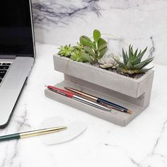 "113 Me gusta, 2 comentarios - db - design bunker (@designbunker) en Instagram: ""Concrete Desktop Planter by Kikkerland Design! Head to @designbunker for more amazing projects!…"""