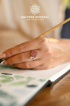 Découvrez cette bague en argent, aérienne, ornée d'une rose de quartz. Intemporelle et bohème à la fois, elle sera l'accessoire parfait pour apporter des notes de douceur, de grâce et de délicatesse à vos tenues.La finesse de l'anneau en argent sterling (le poinçon à l'intérieur de la bague l'atteste) et de ses ornements peuvent mettre en valeur n'importe quel doigt grâce au fait que cette jolie bague soit réglable. Finesse, Quartz Rose, Argent Sterling, Parfait, Jewelry, Silver Toe Rings, Pretty Engagement Rings, Ornaments, Finger