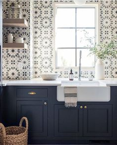 Best Beautiful Blue and White Kitchens to Love! Stunning blue and white graphic tiles on sink wall of a kitchen with navy blue cabinets and farm sink.Stunning blue and white graphic tiles on sink wall of a kitchen with navy blue cabinets and farm sink. New Kitchen, Kitchen Decor, Kitchen White, Blue Kitchen Ideas, Farm Sink Kitchen, Condo Kitchen, Kitchen Trends, Apartment Kitchen, Vintage Kitchen