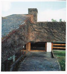 Casa Huarte, 1966. José Antonio Corrales y Ramón Vázquez Molezún. Lake Flato, Minimal Architecture, Stone Tiles, Interior And Exterior, Minimalism, Mario, Brick, Spanish, Landscape