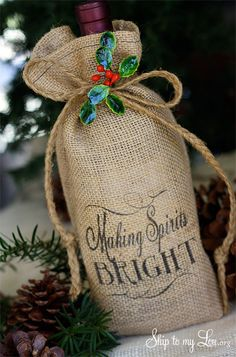 This DIY printed burlap bottle bag is a fun way to dress up a wine bottle, flavored liquors, gourmet olive oils or flavored vinegars for holiday gift giving. You can even make your own bottle of Irish (Bottle Bag Thoughts) Burlap Projects, Burlap Crafts, Burlap Wreath, Burlap Christmas Decorations, Christmas Crafts, Christmas Swags, Christmas Christmas, Christmas Wrapping, Mason Jar Crafts