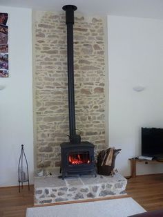 Newest Pic Fireplace Hearth slate Ideas Invicta Bradford and Selkirk flue installation Wood Stove Wall, Wood Stove Surround, Wood Stove Hearth, Wood Burner Fireplace, Slate Hearth, Fireplace Hearth, Home Fireplace, Fireplace Surrounds, Fireplace Design