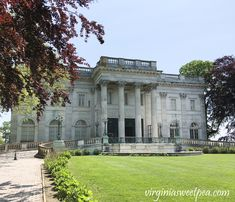 Tour Marble House, The Elms, and Rosecliff in Newport, Rhode Island - Decor Diy Home Staircase Railings, Grand Staircase, Marble House, Yellow Marble, Newport Rhode Island, Old Mansions, Gold Wood, Touring, House Styles
