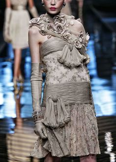 Valentino Haute Couture from the Valentino Farewell Collection 40 years of Fabulous Couture Mega Fashion, Fashion Art, Womens Fashion, Fashion Design, Luxury Fashion, Couture Details, Fashion Details, Beautiful Gowns, Beautiful Outfits