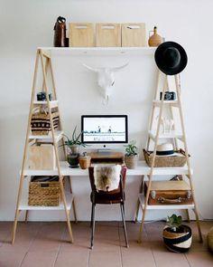 Avoir un espace de travail en construisant un bureau avec deux échelles et des planches et en rangeant de manière à avoir un bureau d'étudiant avec livres et ordi.