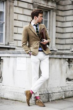 These white pants on my guy: yes please. Sharp Dressed Man, Well Dressed Men, Male Clothes, Gents Fashion, Male Fashion, Preppy Men, Pink Socks, Dapper Gentleman, Gentleman Style