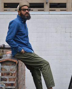 """襟がかさばらないようにボタンのディテールがプラスされた「ボタンダウンシャツ」。フォーマルの場にはそぐわないものの、ハズしやカジュアルスタイルの定番としてファッショニスタから愛用されているメンズファッションアイテムだ。今回は""""ボタンダウンシャツ""""にフォーカスして、注目の着こなし&アイテムを紹介! ボタンダウンシャツとは? イギリスの上流階級がたしなむポロ競技で、選手が着用していたポロシャツの衿が浮くのを固定するために、アメリカのシャツブランンドである「BrooksBrothers(ブルックス・ブラザーズ)」創業者の孫がボタンを施したことから生まれたディテールだ。スポーツ競技から誕生したディテールであるため、カジュアルテイストが強い。 farfetch 極めてクラシックなスタイルには向かないシャツとも言えるが、ビジネススタイルのハズしとして取り入れている人物も多い。上級テクニックの一つとして、シャツの衿ボタンを外して、あえて襟元を崩して見せるという着こなしも存在。これは、フィアット社の元会長、故ジャンニ・アニエッリ氏のトレンドマークとして広く知られている。..."""