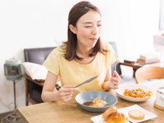 Γυναίκα που κάνει διαλειμματική νηστεία Breakfast, Organiser, Food, Intermittent Fasting, Loosing Weight, Morning Coffee, Essen, Meals, Yemek