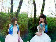 Noiva de cabelos pretos com pontas de diferentes tons de azul.