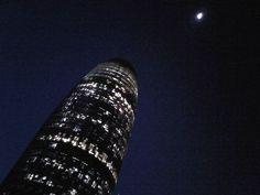 Torre Agbar, en Barcelona, persiguiendo a la luna.. :-) #soñadores