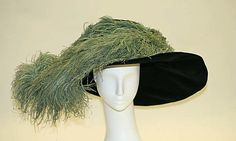 1909-1912 superHat. Love the form, that leaning way of the right part and how gracefully the feathers drop upon it.