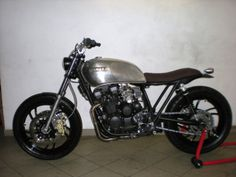 Ribera from Italie send me a couple of pictures of his yamaha xj 550 that he recently finished. The XJ550 is a bike you don't see very often in the custom world but this bike proves it 's a very good base for a rad bike.