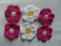 Fleurs au crochet en coton, appliques, lot de 6 : http://www.alittlemarket.com/ecussons-appliques/fr_fleurs_au_crochet_en_coton_appliques_lot_de_6_-8196171.html