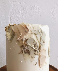 Romantic wedding cake with gold details Cute Cakes, Pretty Cakes, Beautiful Cakes, Amazing Cakes, Naked Wedding Cake, Wedding Cakes, Painted Wedding Cake, Wedding Cake Photos, Gold Cake