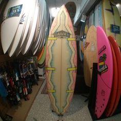 On vient de nous amener une planche HawaiiSurf de 1991 pour une réparation ! Collector ! Elle sera à vendre par la suite si cela intéresse certains ? #surfboards #boardporn #surf #board #surflife #oldschool #goldenyears #retro #surfingiseverything #surfing