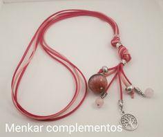 Collar largo de antelima triple en tonos rosas con una pieza de ágata rosa teñida, cuarzo rosa y charms