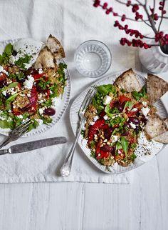 Når det bliver koldt og gråt udenfor, får vi lyst til lunende, mere bastante retter, der kan give os varmen. Færre salater og flere gryderetter. Færre rå grøntsager og flere bagte, ristede, dampede…