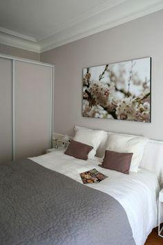 Cocon girly dans la chambre repeinte avec un gris mauve. Plus de photos sur Côté Maison http://petitlien.fr/7alw