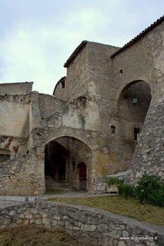 Il borgo antico di Navelli offre lo spunto per raccontare alcune storie sulle streghe  https://www.acquesacre.it/index.php/it/libri/brani/255-la-strega-nasce
