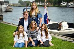 """Koning Willem-Alexander wordt ook tijdens de zomervakantie royaal op de hoogte gehouden van de kabinetsformatie. Dat gebeurt per telefoon, e-mail en op """"andere manieren"""", aldus de koning vrijdagmiddag tijdens het jaarlijkse persgesprek aan het begin van de zomervakantie."""
