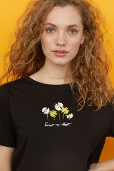 Packaging Ideas Discover Short T-shirt - Black/flowers - Ladies Embroidery On Clothes, Embroidered Clothes, Embroidery Fashion, Basic Embroidery Stitches, Hand Embroidery Designs, Diy Embroidery, Embroidery Patterns, Short T Shirt, Black T Shirt