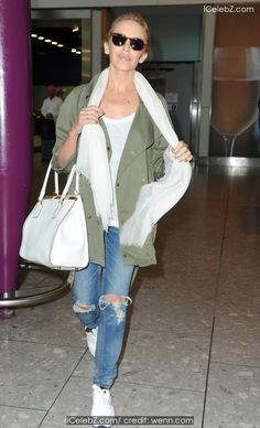 Happy traveller: Kylie Minogue looked radiant as she landed at Heathrow airport on Monday morning Kyle Minogue, Kylie Minogue Hair, Lovely Dresses, Beautiful Outfits, Kelly Osbourne, Commonwealth Games, London Pictures, Young Fashion, Celebs