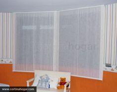 El papel pintado se convierte en una excelente solución para las estancias de los más pequeños, ya sean zonas de juego o dormitorios. En esta fotografía apreciamos un modelo muy alegre con protagonismo especial para el tono naranja que conjunta a la perfección con un entorno blanco.