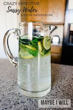 secret of personal trainers The Crazy Effective Sassy Water Recipe is a light refreshing detox water to help you lose pounds in a week! Detox Diet Drinks, Detox Juice Recipes, Natural Detox Drinks, Fat Burning Detox Drinks, Water Recipes, Detox Juices, Juice Cleanse, Cleanse Recipes, Diet Detox