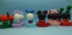 Latinhas plásticas decoradas no tema Mickey e Minnie, para utilizar na mesa de doces ou ainda como lembrancinha.    O anúncio refere-se à latinha vazia, assim você poderá preenchê-la com o que sua imaginação mandar: confeitos, balinhas, sabonetinhos.