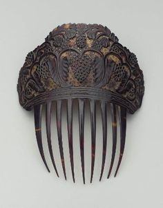 Rather narrow comb of dark tortoise shell with carved top, background of top light with many small pierced stars, design of grape vines in dark relief. Vintage Hair Combs, Vintage Hair Accessories, Fashion Accessories, Pet Accessories, Hanfu, Antique Jewelry, Vintage Jewelry, Moda Retro, Victorian Hairstyles