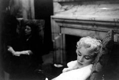 Taking a quick nap in the lobby of her hotel. | 31 Candid Photos Of Marilyn Monroe In New York