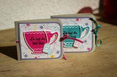 """Das Teebeutel-Booklet ist ein perfektes Mitbringsel um jemandem mit einfachen Mitteln eine Freude zu machen! Die hübsche Teetasse stammt aus dem Stempelset """"Vollkommene Momente"""" zu dem es auch die passenden Framelits gibt um diese auch gleich auszustanzen. Stampin Up, Blog, Container, Tea Time, Cards, Teacup, Glee, Stamping Up, Map"""