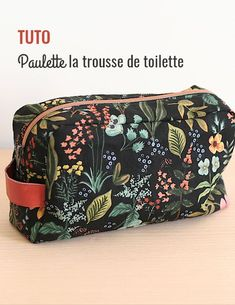 TUTO trousse de toilette – Voici un tuto pour réaliser Paulette, notre jolie tr… TUTO toilet bag – Here is a tutorial to make Paulette, our beautiful fully lined toiletry bag. You just have to choose the fabric to get started!
