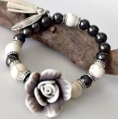 Bracelet tendance stretch , perles d'hématite noire, perles d'howlite beige veiné, au centre une fleur fimo beige : Bracelet par creationsannaprague