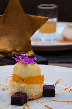 Bananenkuchen mit Schokolade Ingwerglace und Kokosnuss. Fine Dining, Cheesecake, Restaurant, Dinner, Desserts, Food, Coconut, Food Menu, Dessert Ideas