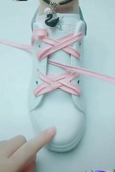 Ways To Lace Shoes, How To Tie Shoes, Shoelace Tying, Ways To Tie Shoelaces, Diy Clothes And Shoes, Diy Fashion Hacks, Clothing Hacks, Lace Design, Cute Shoes
