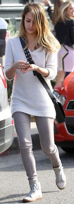 Jessica Alba, grey jeans, grey sweater, grey sneakers, black cross-body bag ☑️