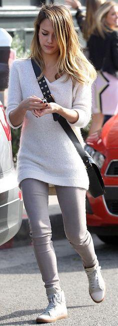 Jessica Alba, grey jeans, grey sweater, grey sneakers, black cross-body bag ☑️
