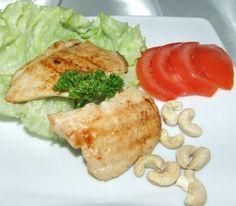 Grillowana pierś z kurczaka ze świeżymi warzywami i orzechami.