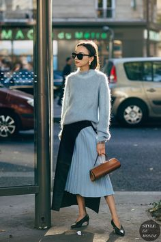 The Latest Street Style From Paris Fashion Week Street Style Trends, Look Street Style, Spring Street Style, Street Chic, Paris Street, Street Styles, Fashion Week Paris, Fashion Weeks, Fashion Outfits